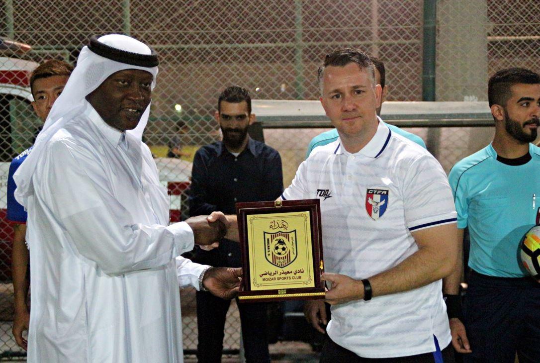 卡達職業足球隊老闆頒獎給 Gary 教練